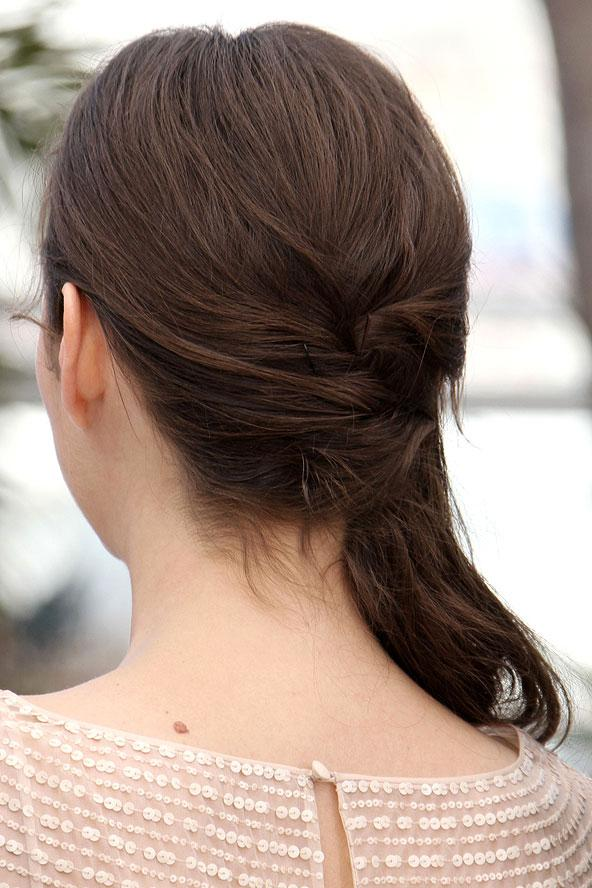 Marion Cotillard'ın şık bir örgüyle tamamlanmış saçları çok zarif.