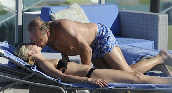 """Aşk gösterisi   """"Cheers"""" dizisindeki Dr. Frasier rolüyle tanınan Amerikalı oyuncu Kelsey Grammer, genç nişanlısı Kayte Walsh'la paparazzilere yakalandı.  55 yaşındaki Grammer, kendinden 26 yaş küçük nişanlısıyla  öyle bir aşk gösterisi yaptı ki kimse gözlerini alamadı.  Plajda ünlü çiftin sarmaş dolaş hallerini görüntüleyen magazin basını ilginç bir yorum getirdi: Kendinize bir oda bulun!"""