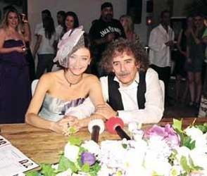 Yeni Türkü grubunun üyelerinden Derya Köroğlu da eşi genç olan ünlülerden.