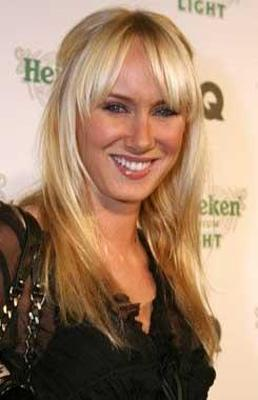 Stewart'ın eşi ile büyük kızı arasındaki yaş farkı sadece 8. Ünlü müzisyenin en büyük kızı Kim Stewart 1979 doğumlu.