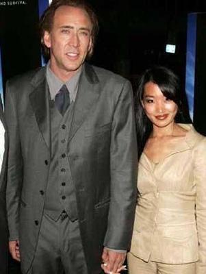 Cage şimdi kendisinden 20 yaş genç eşi eski garson Alice Kim ile mutlu bir evlilik sürdürüyor.