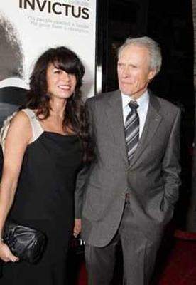 Sinemanın eski tüfeklerinden Clint Eastwoodr ile şimdiki eşi arasında da büyük yaş farkı var.