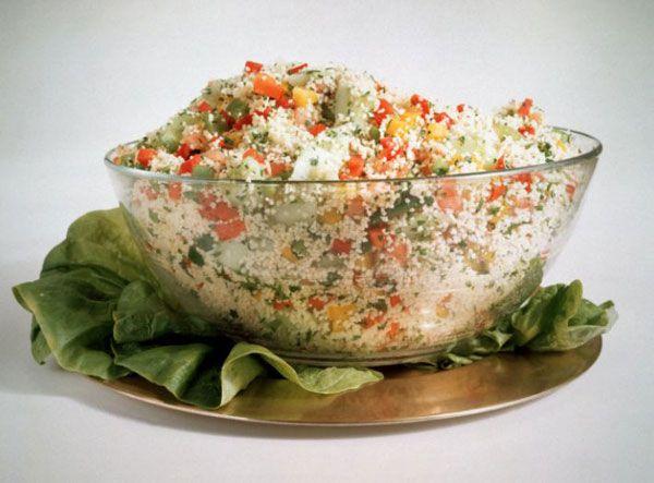 Avokadolu patates salatası   Malzemeler   ½ kilo taze patates  1 yemek kaşığı zeytinyağı   1 adet limon suyu  2 avokado  2 yemek kaşığı badem, doğranmış  2 kaşık hardal   Tuz ve karabiber  Hazırlanışı  Patatesler 20 dakika kaynar suda pişirilir ve kabukları soyulur. Bir kasede zeytinyağı, limon, tuz ve karabiber karıştırılır. Avokadolar şerit halinde kesilir ve daha önceden haşlanan ve küp şeklinde kesilen patateslerle karıştırılarak hardal eklenir. Biraz soğuduktan sonra hazırlanan zeytinyağı ve limon sosuyla servis edilir. İstenildiğinde jambon, çeşitli yeşillikler, mantar ve yumurta ile de zenginleştirilebilir.