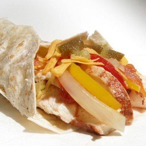 Tavuk fajita  Malzemeler  2 parça tavuk göğüs eti  2 adet tatlı kırmızı biber  2 adet orta boy soğan  2-3 adet salatalık turşusu  1 çay kaşığı karabiber  Damak tadınıza göre tuz  1 yemek kaşığı sıvıyağ  Tortilla ekmeği  Hazırlanışı  Marine sosunu hazırlamak için soğan ve sarımsağı rendeleyin. Derin bir kapta; soğan ve sarımsak rendesi, süt ve zeytinyağını karıştırın.Tavuk etlerini şeritler halinde doğrayıp marine sosun içine ekleyin.Kabı dolaba kaldırıp 15 dakika bekletin.Avokado sosunu hazırlamak için avokadonun çekirdeğini çıkarıp kabuğunu soyun.Robota; sarımsak, soğan, mayonez, yoğurt ve avokadoyu alıp çekin.Sosu servis kâsesine alın.Soğan ve biberi şeritler halinde doğrayın.Büyük boy tavaya sıvıyağını alıp kızdırın.Soğan ve biberi tavaya ekleyip yüksek ateşte 5 dakika kavurun.Tavukları sostan çıkarıp tavaya ilave edin.Tuz ve karabiberini ekleyip yüksek ateşte 15 dakika pişirin. Salatalık turşularını küp şeklinde doğrayın.Servis için Tortilla ekmeklerini ısıtın.Avokado sosunu ekmeklere sürün.Tavuğu ilave edip üzerine turşuları serpiştirin.Dürüm şeklinde sarın.Bekletmeden servis yapın.