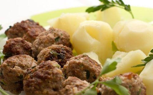 İtalyan köftesi   Malzemeler  5 diş sarımsak  Kekik  250 gr kıyma  100 gr tulum peyniri  1 paket kraker  1 demet maydanoz  1 yumurta  2 domates  Tuz, karabiber  Hazırlanışı  Domates ve 60 gr tulum peyniri dışındaki bütün malzemeleri bir kapta yoğurun. Bu karışımdan yaklaşık 3 cm çapında, küçük toplar halinde köfteler yapın. Bu köfteleri yuvarlak bir kaba dizin. Yüksek ısıda 5-7 dakika pişirin. Arada köfteleri çevirin. Doğranmış domatesleri köftelerin üzerine yayın. 30 gr rendelenmiş tulum peynirini üzerine serpin ve üzerini alüminyum folyoyla örttükten sonra yüksek ısıda 30 dakika pişirin.