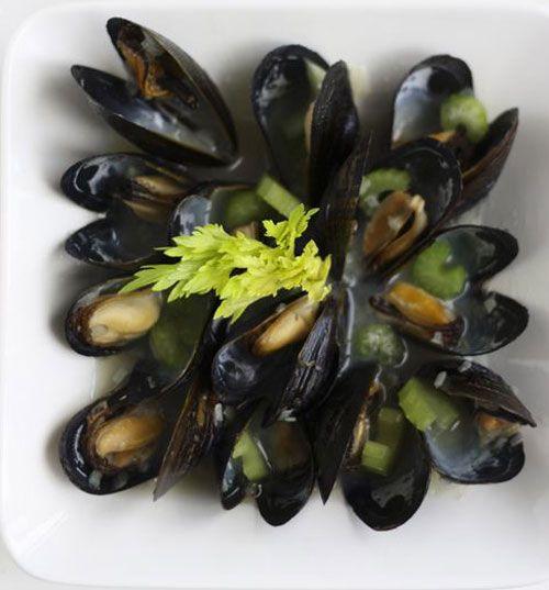 Belçika midyesi   Malzemeler  2 kg kabuklu midye  1 ½ çorba kaşığı tereyağı  2 kereviz sapı, küçük doğranmış  1 pırasa, küçük doğranmış  2 arpacık soğan, küçük doğranmış  ½ demet maydanoz, ince kıyılmış  1 çay kaşığı muskat  200 ml beyaz şarap  Tuz  Karabiber  Hazırlanışı  Midyeleri iyice yıkayıp üzerindeki kalıntıları ve içinden sarkan sakallarını temizleyin (Bir süre buzlu suda bekletmek de kumların temizlenmesi açısından iyi olabilir). Sakalları temizlerken kabukların açılmamasına dikkat etmelisiniz. Açık midye varsa onları da ayırmanız gerekecek. Sadece kapalılar pişebiliyor.Tereyağının yarısını eritin. Arpacık soğan, kereviz sapı ve pırasaları ekleyerek hafifçe soteleyin. Şarabı ekleyin ve kaynamaya başlayınca midyeleri ilave edip tencerenin kapağını kapatın.Tencereyi ara ara sallayarak (midyelerin yer değiştirmesi ve tüm kabukların aynı anda açılması için) yaklaşık 5 dakika ya da midyeler açılana kadar pişirin.Kabukları açılan midyeleri ayrı bir kaba alın. Açılmayan kalırsa onları da açılana kadar tutup, sonra alabilirsiniz. Tenceredeki sosa kalan tereyağını, muskatı, tuz ve karabiberi ekleyin ve karıştırın. Midyeleri tekrar tencereye koyun, kısık ateşte 5 dk. kadar pişirin.
