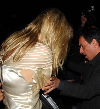 Kate Moss'un parti elbisesi yırtıldı.