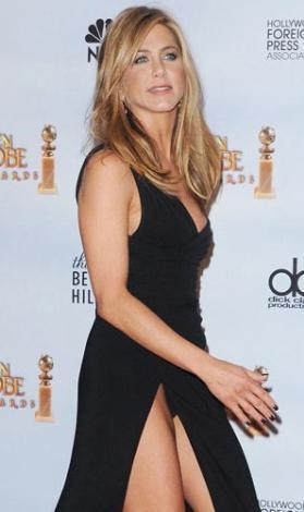 Jennifer Aniston ise dekolte kurbanı.