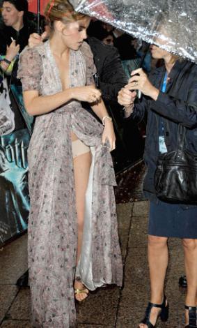 Emma Watson böyle elbiselere alışık değil.