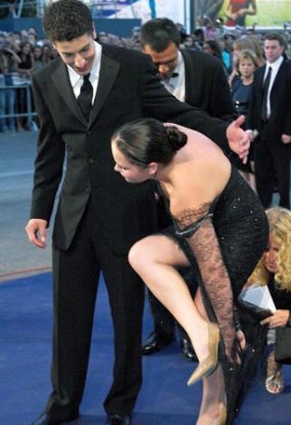 Cristina Ricci'nin topuğu elbisesine takıldı.