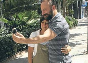 Halit Ergenç, bir hayranıyla fotoğraf çektiriyor.