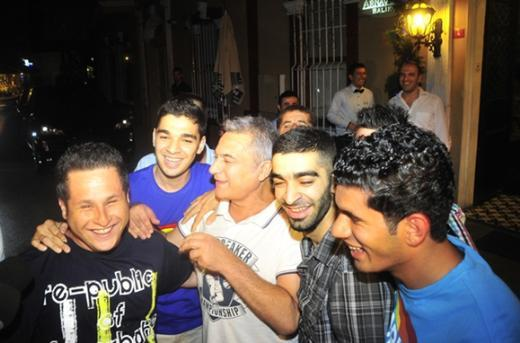 Mehmet Ali Erbil bir gece gezmesinde etrafını saran hayranlarıyla birlikte.