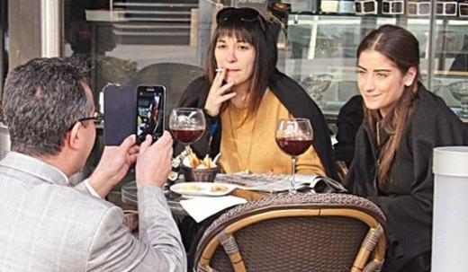 Genç oyuncu bir arkadaşıyla çıktığı gündüz gezmesinde şarabını bile rahatça yudumlayamadı.