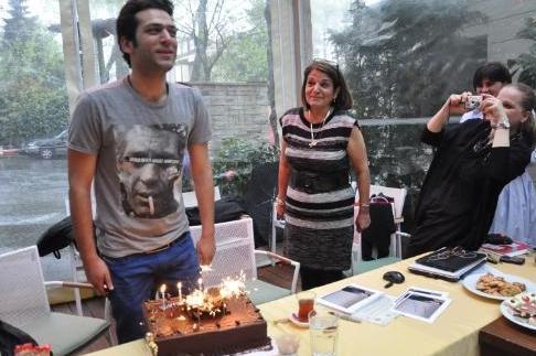 Murat Yıldırım'ın hayranları ise onun doğum gününü kutlamak için yurtdışından geldiler.