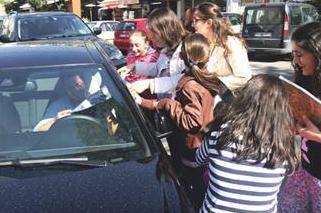Arabanın içindeki ünlü Çağatay Ulusoy. Onu gören hayranları bir anda etrafını çevirdi.