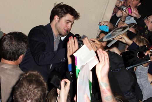 İşte Alacakaranlık serisiyleünlenen Robert Pattinson'ın hayranlarının çığırından çıkmış davranışlarından bir kaç örnek.