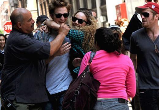 Pattinson hayranlarının elinden zor kurtuldu.
