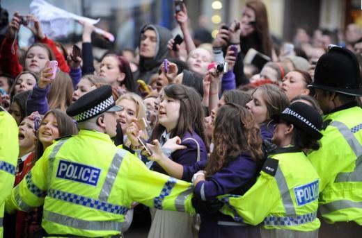 Ve o genç kızları durdurmak hiç kolay değil. Çoğu zaman onlara polis müdahale etmek zorunda kalıyor.