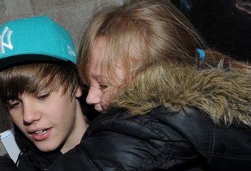 Bazılar güvenlik barikatını aşıp gözyaşları içinde Justin Bieber'ın boynuna sarılması bile başarabiliyor.