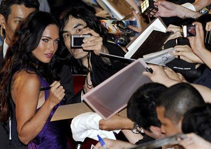 Megan Fox hayranlarını kırmamaya çalışıyor.