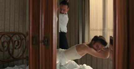"""ALKOLE İHTİYAÇ DUYDUM Genç yıldız Keira Knightley, mesleki kariyerinin en zor anlarından birini A Dangerous Method (Tehlikeli Metod) adlı filmin sevişme sahnesi çekilmeden önce yaşadığını söyledi.   Filmde sekse aç bir mazohisti canlandıran Knightley, """"Bazı zahnelerin çekiminden önce alkole ihtiyaç duyduğunu"""" açıkladı."""