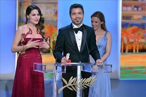 Paris ve Viyana'da yaşayan Avusturyalı yönetmen ödül töreninde yaptığı konuşmada, filmin yaşlı baş rol oyuncularına teşekkür etti ve bu oyuncuların performansının filmin başarısını getirdiğini söyledi. Festivalde en iyi senaryo ödülüne, Romen yönetmen Cristian Mungiu'nun ''Au-dela des collines'' isimli filmi layık görüldü.