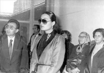 BÜLENT ERSOY   Ünlü sanatçı 1980 yılında evine giren hakime hakaret edince tutuklanıp Buca Cezaevi'ne yerleştirildi. 11 ay 20 gün hapis cezasına çarptırılan Bülent Ersoy, 45 gün hapisanede yettığı gerekçesi ile ertelenmişti. Daha sonra bir gazeteciye saldıran Ersoy, Söke cezaevi'ne gönderilmiş ve 2 ay orada yatmıştı.