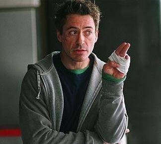 ROBERT DOWNEY JR   Uyuşturucu bağımlısı olan Robert'in başı hep beladaydı. Hatta bazen Aktör Robert Downey Jr'ın başına gelenler herkesi güldürdü. Uyuşturucu dozajını fazla kaçıran Downey, farkında olmadan komşusunun evine girmiş ve uyuyakalmıştı.  Sabah