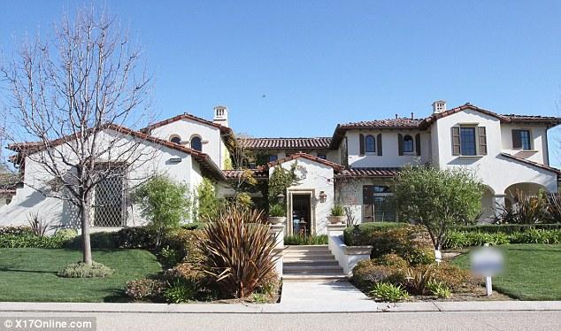 Genç şarkıcı Justin Bieber, tek başına yaşayacağı ilk evini satın aldı. Bieber ayrıca Kardashianlar'ın da yaşadığı Kaliforniya'nın Calabasas bölgesindeki yeni evi için 6.5 milyon doları gözden çıkardı.