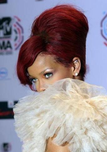 Genç yaşında şöhret basamaklarını hızla tırmanan Rihanna'nın başı da internete sızan görüntüleri nedeniyle belaya girdi.