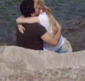 """Onlar da liseli aşıklar gibi sahil kenarında """"romantizm yaparken"""" objektiflere yakalanmıştı."""