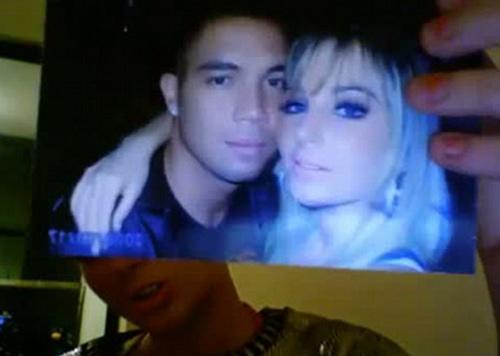 Eski erkek arkadaşınını kurbanı olduğunu belirten ünlü şarkıcı çok üzgün olduğunu dile getirdi.