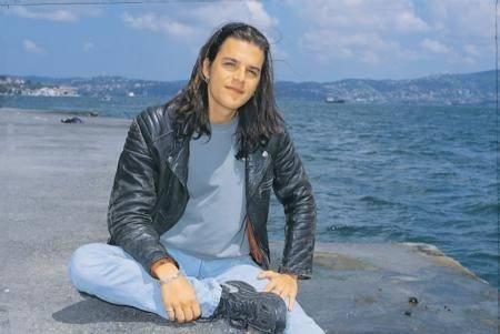 MEHMET GÜNSÜR  'Ses' isimli yeni filmi ile beyazperdeye dönmeye hazırlanan Mehmet Günsür, yıllar önce böyle poz verdi.