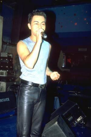 SERDAR ORTAÇ  Milyonları peşinde koşturan ve birbirinden iddialı şarkılara imza atan Serdar Ortaç'ın bu fotoğrafı 1998 yılına ait.