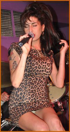 Konser için mini bir elbise seçen şarkıcı Amy Winehouse da  şarkı söylerken oturduğu sırada kameralara böyle yansımıştı.