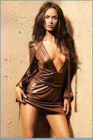 """BEKARETİNİ 17'SİNDE KAYBETMİŞ 2008 yılında FHM dergisi tarafından dünyanın en seksi kadını seçilen ABD'li aktrist Megan Fox, bekaretini 17 yaşında kaybettiğini açıkladı.   Cosmopolitan dergisinin eylül sayısına kapak olan 23 yaşındaki güzel, """"O benim gerçek aşkımdı. Bir aktördü"""" dedi. Megan Fox """"gerçek aşkım"""" dediği aktörün ismini açıklamadı. Ancak magazin basını aktörün kim olabileceği ilgili söylentilere başladı."""