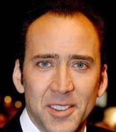 """TAM BİR FELAKETTİ  Ünlü aktör Nicolas Cage'in ilk deneyimi ise şöyle: """"İlk kez bir kızla mezuniyet gecemde öpüştüm ve kelimenin tam anlamıyla bir felaketti. Bir simokin ve limuzin kiraladım. Gidip o güzel kızı evinden aldım. Gecenin sonunda onu öptüm, o da bana karşılık verdi. Çok gergindim ve midemden tuhaf sesler geliyordu. Kızdan özür diledim ama kendimi tutamadım kiraladığım smokinin üstüne kustum. """""""