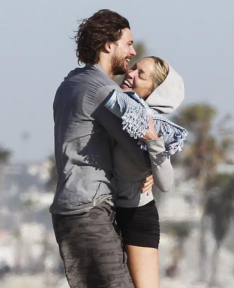 Sharon Stone 27 yaşındaki sevgilisi Martin Mica'yla Los Angeles'taki Venice Beach'te paparazzilere yakalandı.