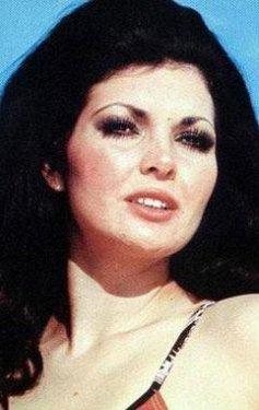 Eski güzellik kraliçesi olan Bahar Verel, bazı sinema filmlerinde de oynadı.