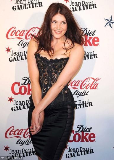 Gemma Arterton, ellerinde altışar parmakla doğdu.