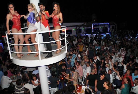 Bodrum Kalesi açıklarına demirleyen yüzen diskoda, yerli ve yabancı turistler sabahın ilk ışıklarına kadar eğlendi. Deniz üstündeki çılgın eğlencede, dansçı kızların seksi şovları yürek hoplattı.