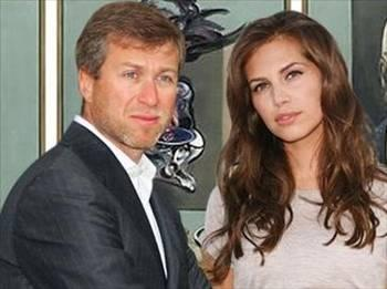 """O da """"parası arttıkça daha renkli bir hayat sürdürenler"""" kervanına katıldı ve hem kendisinden hem de eski karısı Irina'dan yaşça çok küçük olan Daria Zhukova'ya gönlünü kaptırdı."""