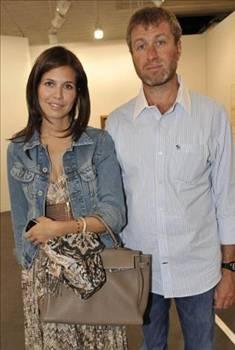 Abramovic, Daria ile birlikte olabilmek için Irina'dan boşandı. Bu boşanma ünlü işadamına 300 milyon dolar ve hatırı sayılır bir gayrimenkule mal oldu.