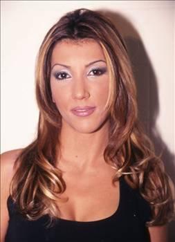 ÜNLÜ OLUNCA BOŞANDI  Hande Yener henüz şöhret olmadan önce evliydi ve bir mağazada tezgahtar olarak çalışıyordu.