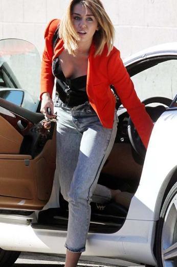 Genç oyuncu Miley Cyrus, önceki gün sergilediği görüntüyle yine dikkatleri üzerine çekti.