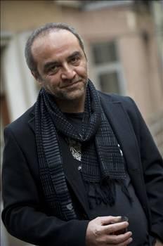 """YILMAZ ERDOGAN  Ferhan Şensoy'la birlikte en az yirmi kişinin """"Senden tiyatrocu olmaz"""" dediği Yılmaz Erdoğan tiyatrocu olmakla kalmayıp kendi tiyatrosunu kurdu."""