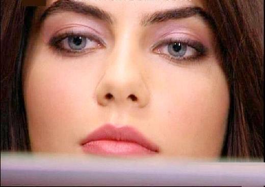 TRT'de yayınlanan Sakarya- Fırat dizisinin başrol oyuncusu Ceren Hindistan da yaşanan tatsızlıklar sonucu kadrodan ayrılmak zorunda kaldı.