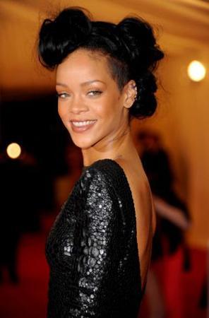 """Barbadoslu şarkıcı Rihanna kolunda serum şişesiyle verdiği pozu Twitter'da paylaştıktan sonra bir çok ünlü ismin """"Geceden kalma serumu"""" kullandığı ortaya çıktı."""