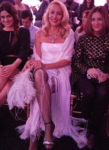 Bir dönemin moda ikonu Jerry Hall, İspanya'nın başkenti Madrid'de düzenlenen Art of the Detail etkinliğine katıldı. 55 yaşındaki Hall, beyaz elbibesi, onu tamamlayan file çorabı ve tabii ki en güzel yeri olan uzun bacaklarıyla yine tüm bakışları üzerinde topladı.