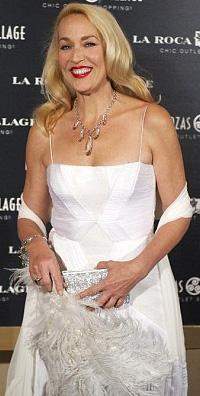 Rolling Stones'un solisti Mick Jagger'la 1990 -1999 arasında evli kalan Hall tam 4 çocuk annesi.